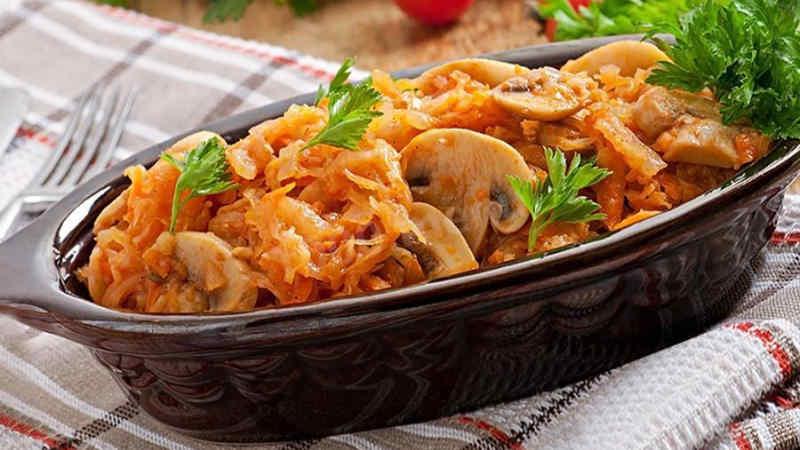 Тушкована капуста з грибами і картоплею
